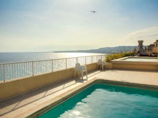 Beach front apartment rental with pool access on the Promenade in Nice