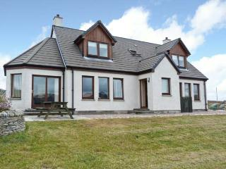 BEN LOYAL VIEW, detached, 3 en-suite bedrooms, pet-friendly, WiFi, near Tongue, Ref 22502