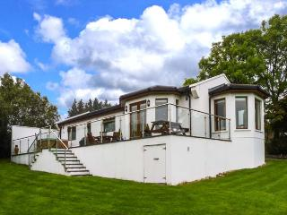NO. 1 ARD CARRAIG, hot tub, pet-friendly ground floor cottage, in Portsalon, Ref