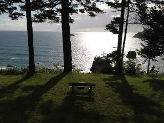 Sunset Knoll~ Tranquility on the Bluff w/ Sweeping Ocean Views, Pets Welcome