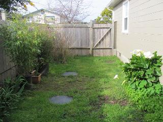 Retro Retreat~Blast From The Past, In Town & Near Beach, Fenced Yard For Dog