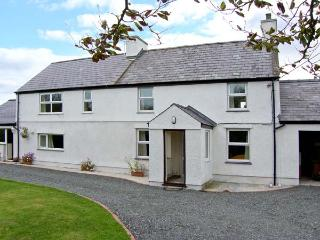 TYN Y PARC, pet-friendly house with ample living accommodation, large gardens, close beaches and nature, Newborough Ref 24860