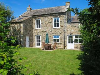 CROSS BECK COTTAGE, detached cottage, en-suite, woodburner, walks and cycle rout
