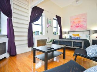 *SKYTRAIN* Stunning Sunny Studio Loft in Townhouse, New York City