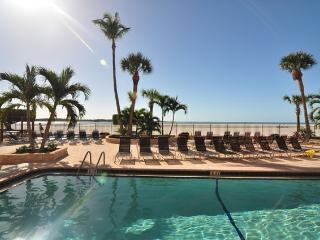 Beachfront Beauty- ON THE BEACH - Renovated -WiFi, Fort Myers Beach