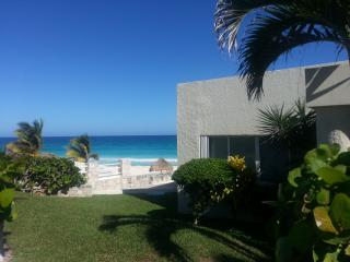 """Large luxurious Beachfront Villa that accommodate, Cancun"