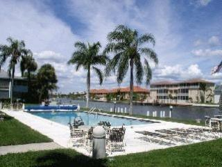 Stunning waterfront view  2nd Floor CONDO,sleep 6, Cape Coral
