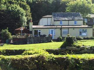 TY'R ARDD, near beaches, hot tub, off road parking and spacious gardens, in