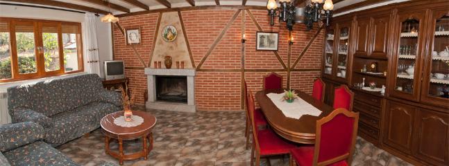 Planta principal. Salón con chimenea de la casa rural Casa Salva
