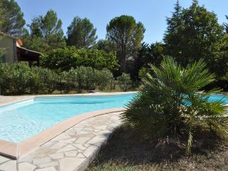 Villa with private garden & pool in a quiet area