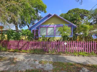 The Historic 1936 Bird House Bungalow in the pulse of the city