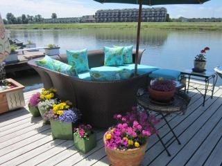 Executive Floating Home on Columbia River Portland - available this September