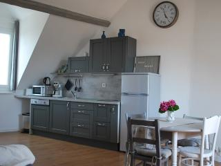 Symp-attic 2 rooms in Honfleur heart. Cosy & calm, free wifi, linen included