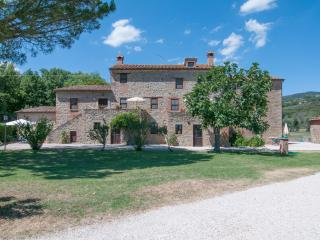 Family apartment, 6-8 sleeps, wi-fi, swimming pool, btw Umbria and Tuscany