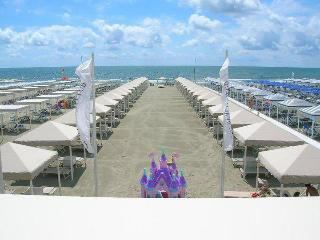 NEW FLAT ON THE SANDY SEASIDE in a BEACH CLUB, Lido di Camaiore