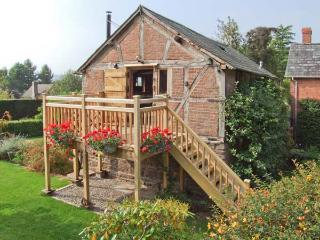 THE CIDER MILL, barn conversion, en-suite facility, woodburning stove, WiFi, in Westhope, Ref 11799