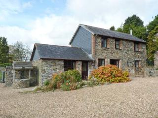 LOWER WELL BARN, detached barn conversion, four-poster bed, woodburner, parking, garden, in Liskeard, Ref 914268