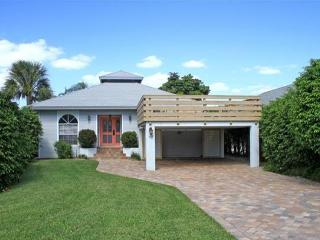 Coastal Pool Home-Less than half a mile to Beach!, Naples