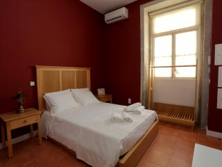 ACCESSIBLE RED - CENTENARY FONTAINHAS APARTMEN, Porto
