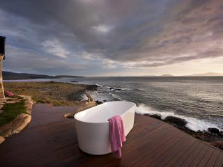 Relax in a nice hot bath outside with the sound of the waves. There's a sauna, too.