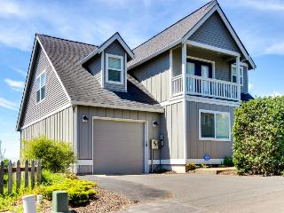 Beautiful, remodeled home with ocean views, game room & private hot tub!, Lincoln City