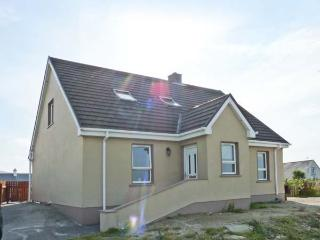 WILD ATLANTIC COTTAGE, open fire, sea views, en-suite, Sky TV, near Derrybeg, Ref. 913336, Bunbeg
