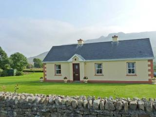 TIEVE BAUN, detached, open fire, mountain views, garden with furniture, near Kinlough, Ref 915832
