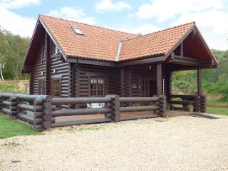 TAMAURA LODGE, pet-friendly cabin near fishing lake, enclosed garden, peaceful
