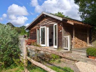 WOODMANCOTE LODGE, pet-friendly romantic lodge with Sky, WiFi, swimming pool, sauna, Linchmere Ref 916403, Fernhurst