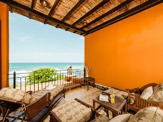 Elegant beachfront penthouse- oceanview from 2 balconies, a/c, pool, internet, Tamarindo