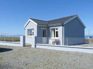 THE HOMER, single-storey, detached cottage, pet-friendly, sea views, near Uig