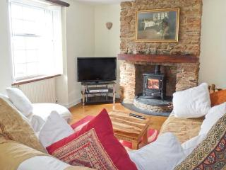 DIPLEY COTTAGE, woodburner, en-suite facilities, character cottage in Brixham