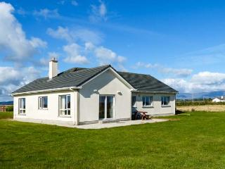 RADHARC NA FARRAIGE, detached bungalow, Jacuzzi bath, pet-friendly, near Bunmaho