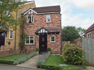 HONEYSUCKLE COTTAGE, pet-friendly cottage with woodburner, enclosed garden, close walks, near Evesham Ref 917470