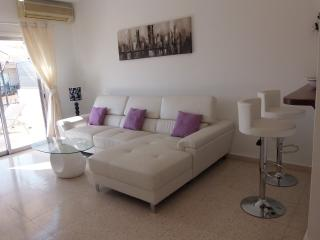 Stunning 2 Bedroom Apt in Kato Paphos -Wifi -Pool