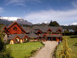 ULTRA LUXURY 5 BEDROOM/ 5.5 BATH (H19) SWIMMING POOL!, San Carlos de Bariloche