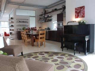 Upscale modern loft - 1 block to the beach, Santa Mônica