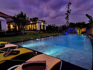 Gorgeous 4 bedroom 400m to Indian Ocean, Canggu