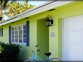 Peaceful Coastal Cottage Near Beach + Intracoastal, Boynton Beach