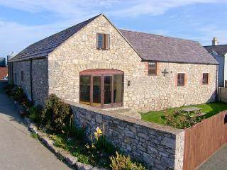 THE GRANARY, family friendly, country holiday cottage, with a garden in Pen-Y-Cefn, Ref 4507