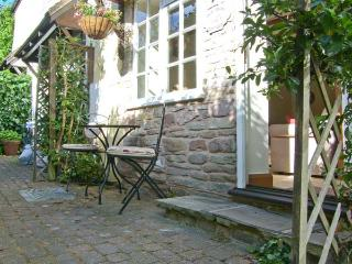 OLD TOWN COTTAGE, romantic retreat, set down a private lane, in Ludlow, Ref
