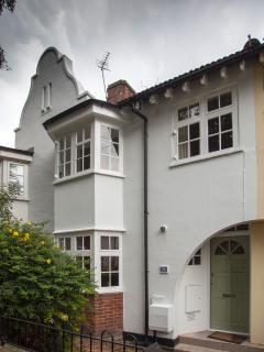 Beautiful 1920s house moments from the Thames