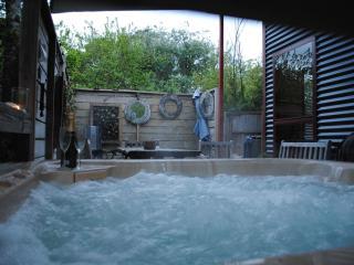 Texada ;private covered hot tub, Daylesford