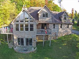 Amazing 4 Bedroom Mountain Chalet w/ Hot Tub & Lake Views!, McHenry