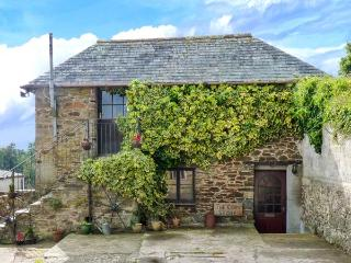 THE CORN STORE, upside down accommodation, off road parking, enclosed patio, in Liskeard, Ref 914264