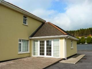 SIDANE COTTAGE, studio annexe, romantic retreat, lawned garden, near Clonakilty,