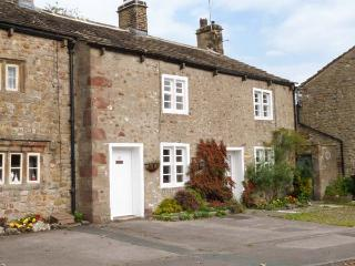 BETTY'S COTTAGE, super king-size bed, woodburner, close to amenities and, Gargrave