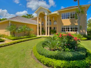 Tortuga Bay C-33, 8 min to Beach! Professionally Managed/Staffed, Spa, Gym, Rest