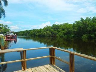 Pet Friendly Affordable 2 Bed, 1 Bath Waterfront House, St. Petersburg