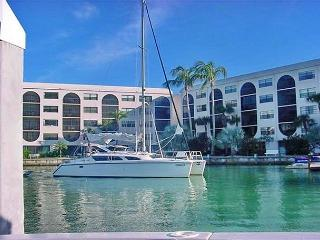 Breezy condo in deluxe waterfront community filled w/ pools & spas, Île de Marco